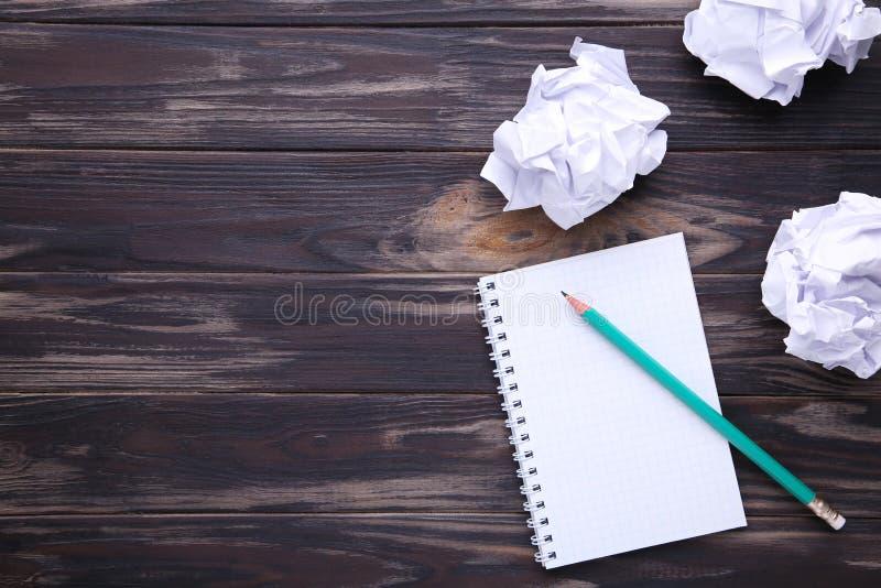 Έννοια γραψίματος - τσαλακωμένο επάνω έγγραφο wads με ένα φύλλο του εγγράφου και του μολυβιού στοκ φωτογραφίες με δικαίωμα ελεύθερης χρήσης