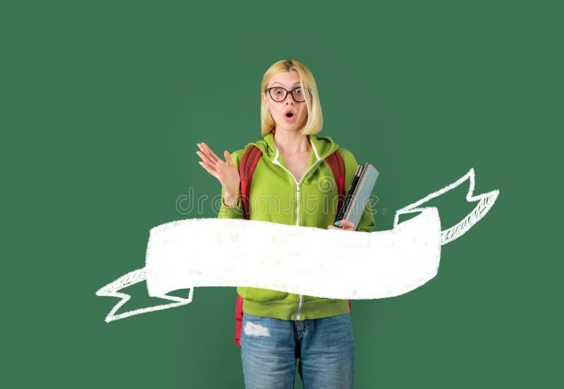 Έννοια γυμνασίου - copyspace Αστείος σπουδαστής στα γυαλιά πέρα από το υπόβαθρο πινάκων κιμωλίας Πορτρέτο του θηλυκού πανεπιστημί στοκ φωτογραφία με δικαίωμα ελεύθερης χρήσης