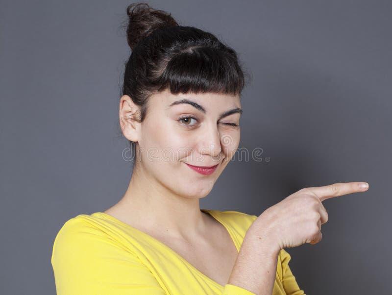 Έννοια γλώσσας του σώματος για που κλείνει το μάτι την αναιδή γυναίκα στοκ εικόνες