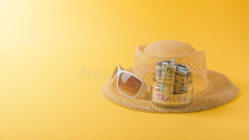 Έννοια διακοπών ταξιδιού θερινού Σαββατοκύριακου Τα εξαρτήματα παραλιών, καπέλο αχύρου, άσπρα γυαλιά ηλίου και σώζουν το βάζο γυα στοκ εικόνα