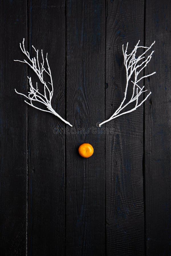 Έννοια διακοπών Χριστουγέννων - πρόσωπο ταράνδων φιαγμένο από Tangerine και στοκ φωτογραφίες