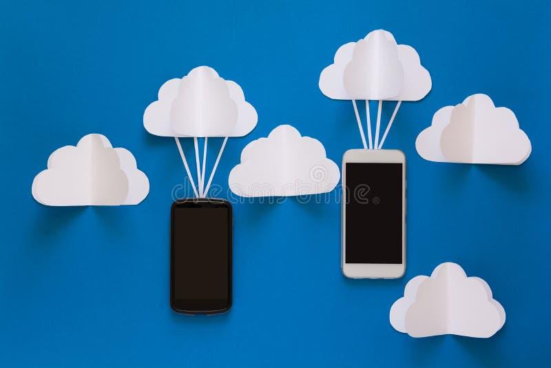 Έννοια δικτύων μεταδόσεων στοιχείων και υπολογισμού σύννεφων Έξυπνο τηλέφωνο που πετά στο σύννεφο εγγράφου στοκ φωτογραφίες με δικαίωμα ελεύθερης χρήσης