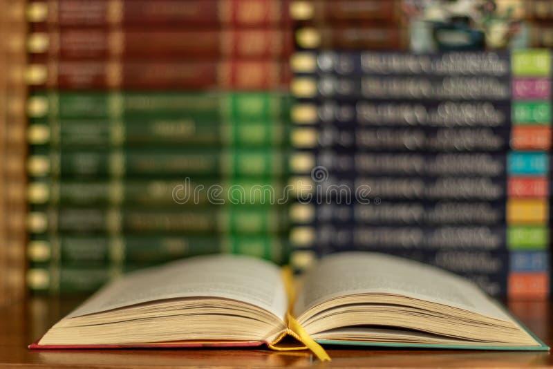 Έννοια εκμάθησης εκπαίδευσης με το άνοιγμα του βιβλίου ή του εγχειριδίου στην παλαιά βιβλιοθήκη στοκ εικόνες