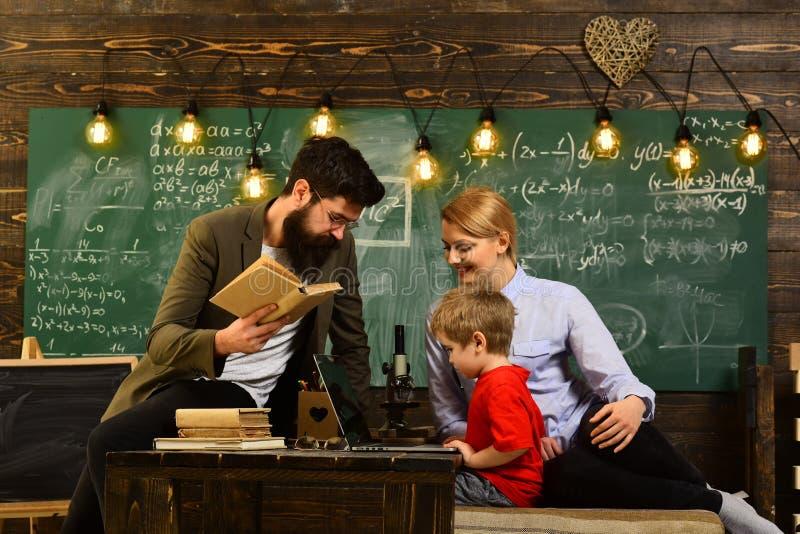 Έννοια εκπαίδευσης και σπιτιών - ο τονισμένος σπουδαστής με τα βιβλία, επιτυχείς σπουδαστές είναι συνήθως δημιουργικός, φοιτητές  στοκ φωτογραφία με δικαίωμα ελεύθερης χρήσης