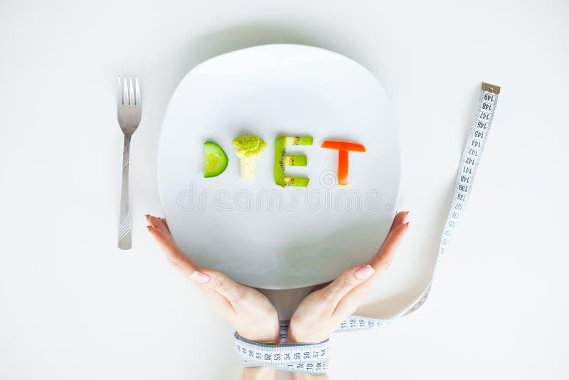 Έννοια ελέγχου διατροφής ή βάρους Κλείστε επάνω του πιάτου με το λαχανικό στοκ εικόνες