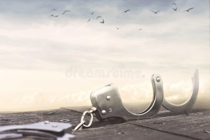 Έννοια ελευθερίας με ένα ζευγάρι των ανοικτών χειροπεδών στοκ φωτογραφία