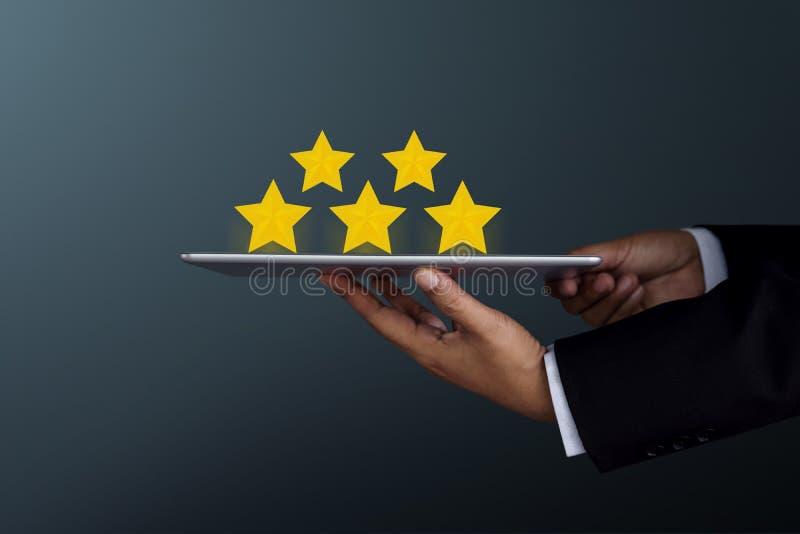 Έννοια εμπειρίας πελατών Επιχειρηματίας που κρατά έναν ψηφιακό πίνακα στοκ εικόνες