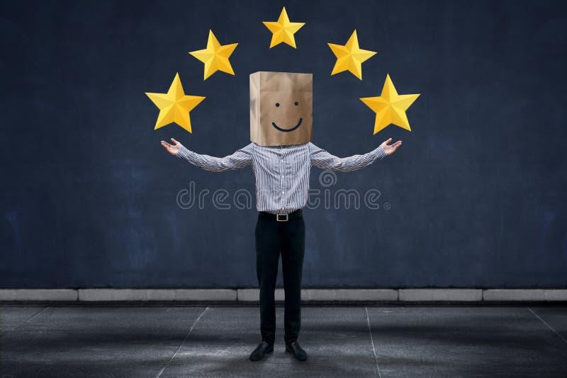 Έννοια εμπειρίας πελατών, ευτυχής πελάτης επιχειρηματιών με Smili στοκ φωτογραφίες