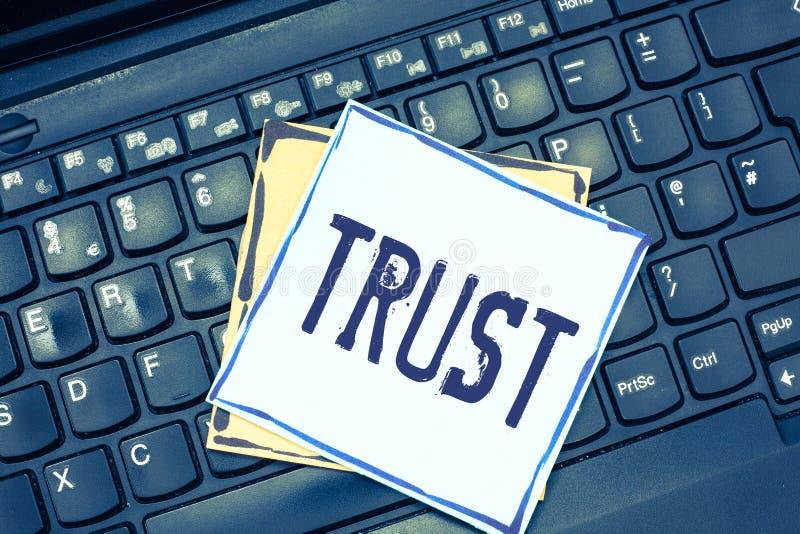 Έννοια εμπιστοσύνης γραψίματος κειμένων γραφής που σημαίνει τη σταθερή πίστη στην αλήθεια ή τη δυνατότητα αξιοπιστίας κάποιος κάτ στοκ εικόνες με δικαίωμα ελεύθερης χρήσης
