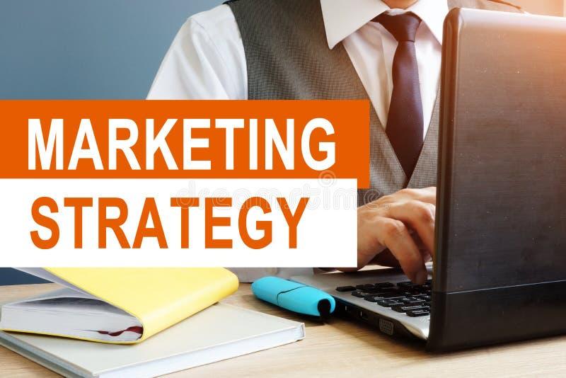 Έννοια εμπορικής στρατηγικής Έμπορος που εργάζεται στο lap-top στοκ εικόνα με δικαίωμα ελεύθερης χρήσης