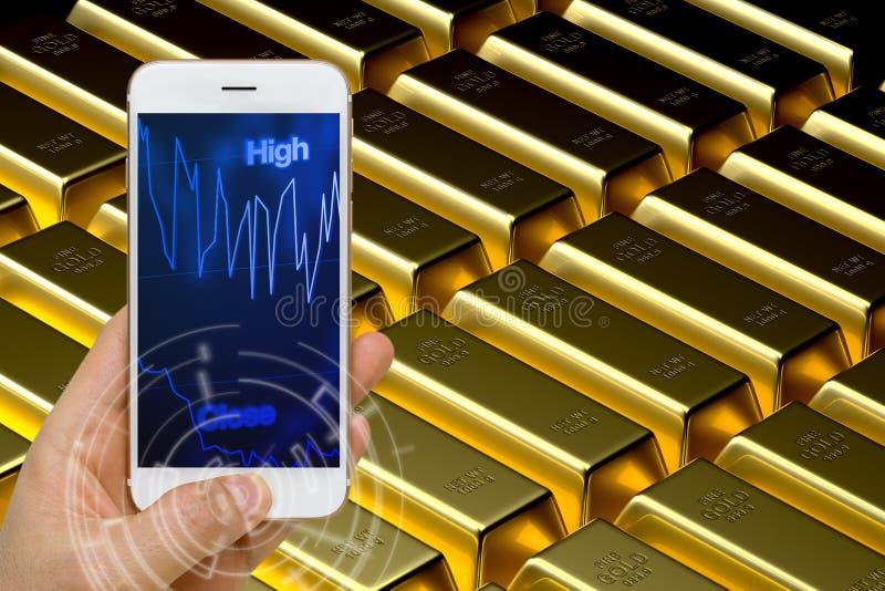 Έννοια εμπορικών συναλλαγών τιμής χρυσού που χρησιμοποιεί Smartphone ή την έξυπνη συσκευή στο Μ στοκ φωτογραφία με δικαίωμα ελεύθερης χρήσης