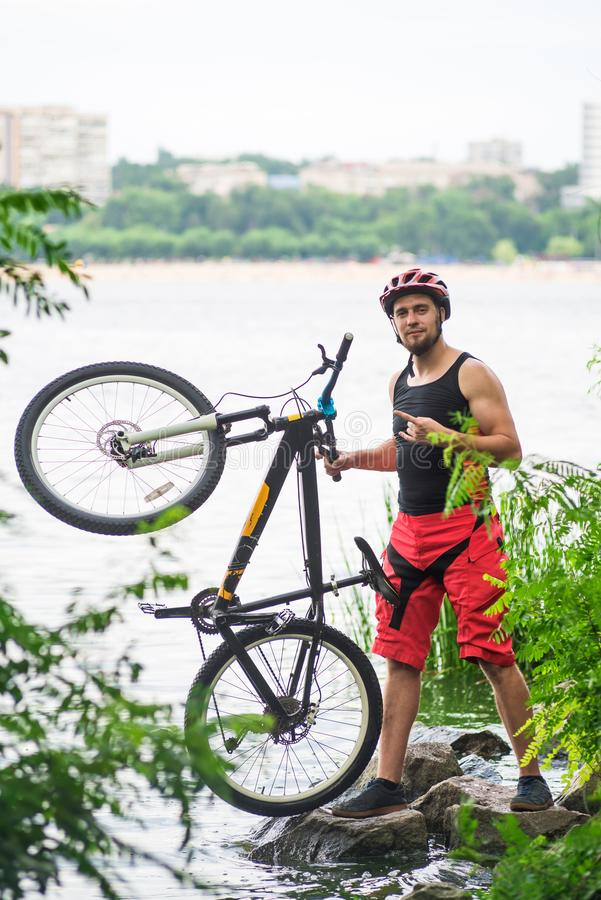 Έννοια ενός ενεργού τρόπου ζωής, ένα bicyclist που στέκεται με ένα ποδήλατο στοκ φωτογραφίες