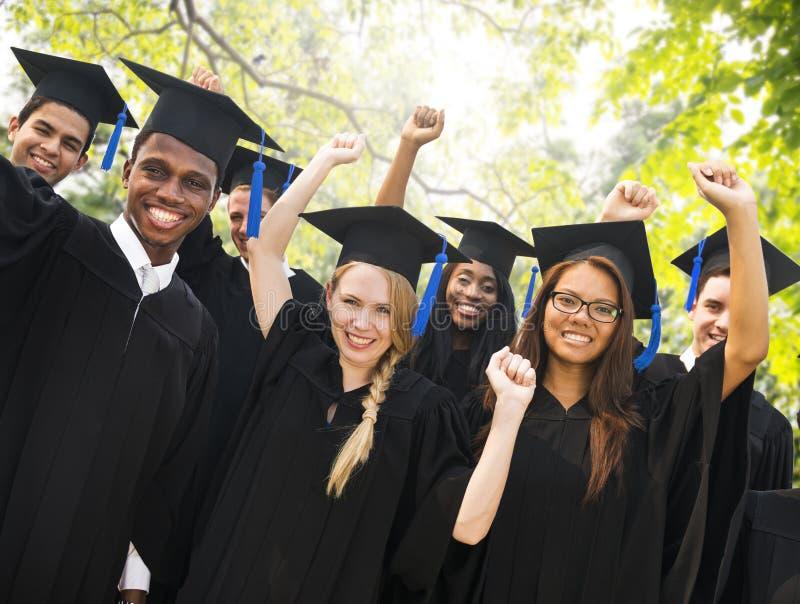 Έννοια εορτασμού επιτυχίας βαθμολόγησης σπουδαστών ποικιλομορφίας στοκ φωτογραφίες