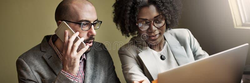 Έννοια επικοινωνίας επιχειρησιακής συζήτησης συνεργατών ομάδας στοκ εικόνες