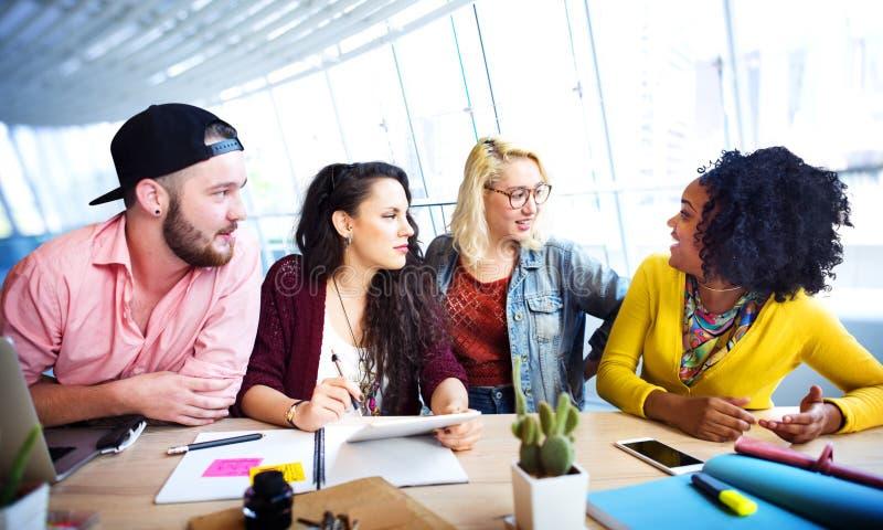 Έννοια επικοινωνίας 'brainstorming' συζήτησης ομιλίας συνεδρίασης στοκ εικόνα με δικαίωμα ελεύθερης χρήσης