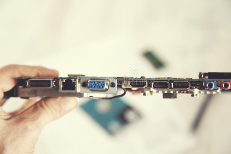 Έννοια επισκευής υπολογιστών χεριών ατόμων στοκ φωτογραφία