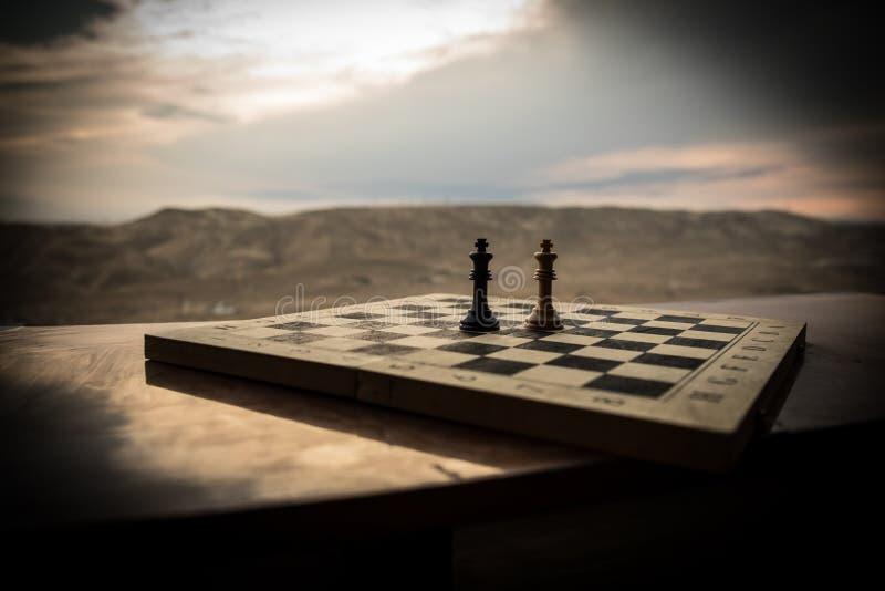 Έννοια επιτραπέζιων παιχνιδιών σκακιού των επιχειρησιακών ιδεών και του ανταγωνισμού Αριθμοί σκακιού για μια σκακιέρα Υπαίθριο υπ στοκ φωτογραφίες με δικαίωμα ελεύθερης χρήσης