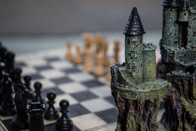 Έννοια επιτραπέζιων παιχνιδιών σκακιού των επιχειρησιακών ιδεών και του ανταγωνισμού Αριθμοί σκακιού για μια σκακιέρα Υπαίθριο υπ στοκ εικόνες