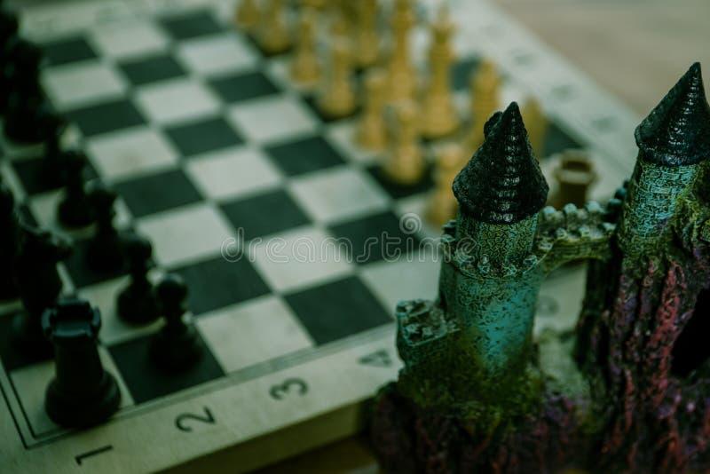 Έννοια επιτραπέζιων παιχνιδιών σκακιού των επιχειρησιακών ιδεών και του ανταγωνισμού Αριθμοί σκακιού για μια σκακιέρα Υπαίθριο υπ στοκ φωτογραφίες
