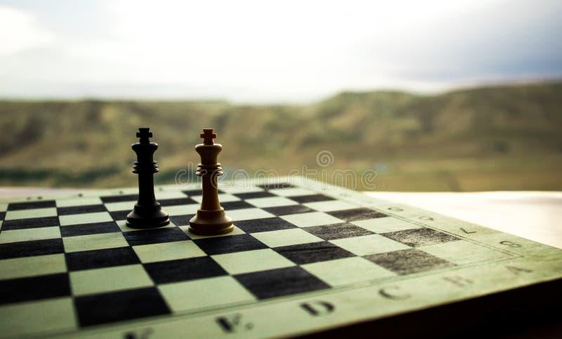 Έννοια επιτραπέζιων παιχνιδιών σκακιού των επιχειρησιακών ιδεών και του ανταγωνισμού Αριθμοί σκακιού για μια σκακιέρα Υπαίθριο υπ στοκ φωτογραφία