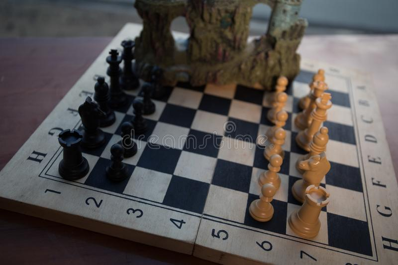 Έννοια επιτραπέζιων παιχνιδιών σκακιού των επιχειρησιακών ιδεών και του ανταγωνισμού Αριθμοί σκακιού για μια σκακιέρα Υπαίθριο υπ στοκ εικόνα