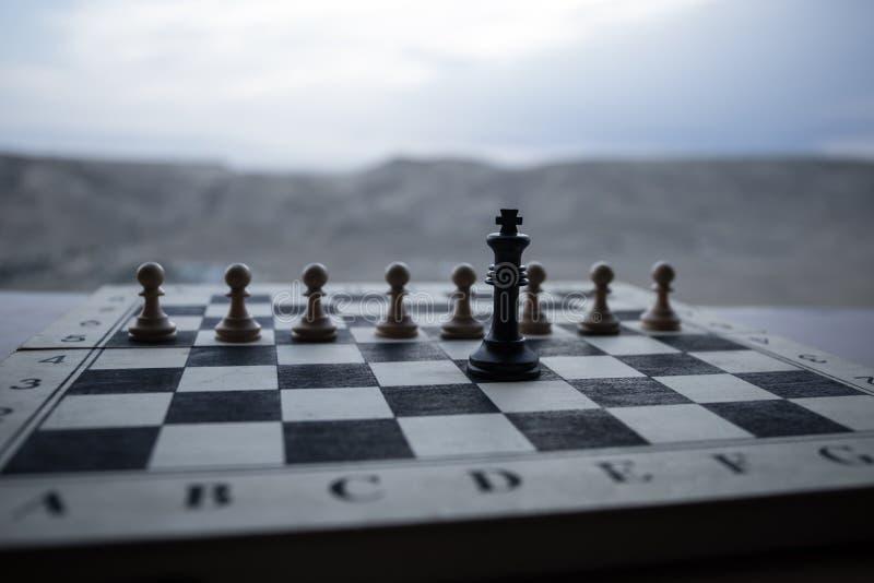 Έννοια επιτραπέζιων παιχνιδιών σκακιού των επιχειρησιακών ιδεών και του ανταγωνισμού Αριθμοί σκακιού για μια σκακιέρα Υπαίθριο υπ στοκ φωτογραφία με δικαίωμα ελεύθερης χρήσης