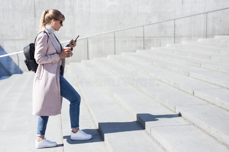 Έννοια επιτυχίας και σταδιοδρομίας - πλάγια όψη της νέας γυναίκας που περπατά επάνω τα σκαλοπάτια στοκ φωτογραφίες