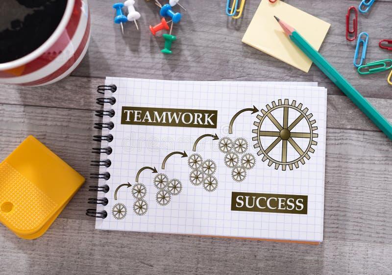 Έννοια επιτυχίας ομαδικής εργασίας σε ένα σημειωματάριο στοκ εικόνες με δικαίωμα ελεύθερης χρήσης