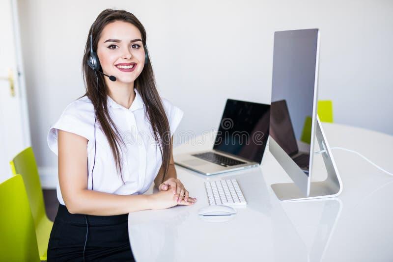 Έννοια επιχειρήσεων, επικοινωνίας, τεχνολογίας και τηλεφωνικών κέντρων - φιλικός θηλυκός χειριστής γραμμών βοήθειας με τα ακουστι στοκ φωτογραφίες