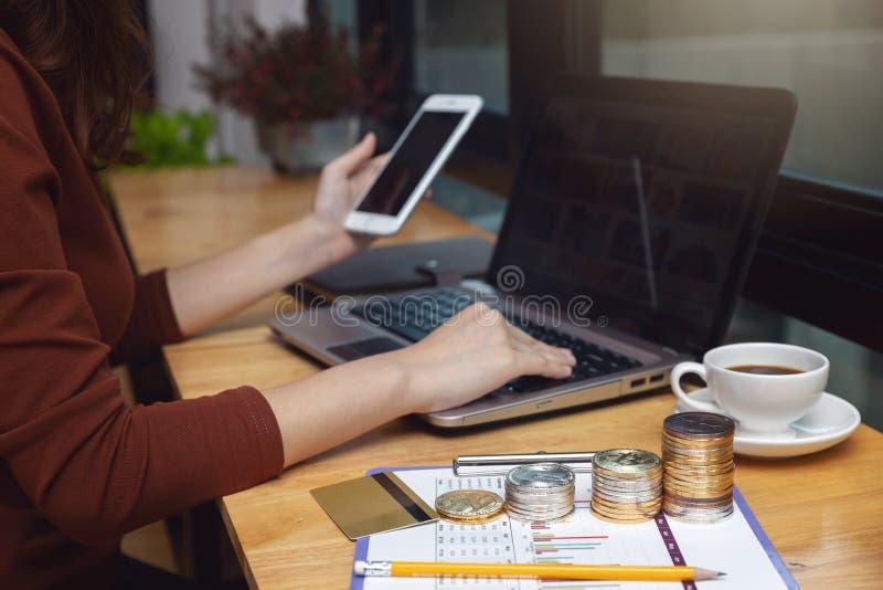 Έννοια επιχειρήσεων και χρηματοδότησης, επιχειρηματίας που χρησιμοποιούν bitcoin και πιστωτική κάρτα για τις σε απευθείας σύνδεση στοκ φωτογραφίες
