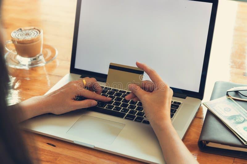 Έννοια επιχειρήσεων και χρηματοδότησης, επιχειρηματίας που χρησιμοποιεί την πιστωτική κάρτα για τις σε απευθείας σύνδεση αγορές η στοκ φωτογραφίες