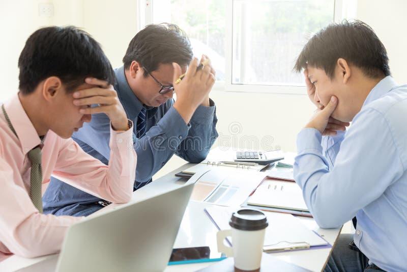 Έννοια επιχειρήσεων και χρηματοδότησης του γραφείου που λειτουργεί, ομαδική εργασία των επιχειρηματιών που τονίζουν μετά από την  στοκ εικόνα