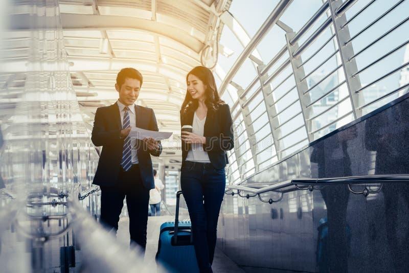 Έννοια επιχειρησιακής επιτυχίας: συνάντηση επιχειρηματιών που λειτουργεί teamw στοκ εικόνες