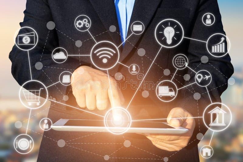 Έννοια επιχειρησιακής τεχνολογίας, ταμπλέτα χρήσης χεριών επιχειρηματιών ομο στοκ φωτογραφίες