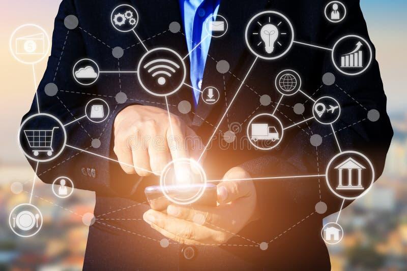 έννοια επιχειρησιακής τεχνολογίας, έξυπνο pho χρήσης χεριών επιχειρηματιών στοκ φωτογραφία