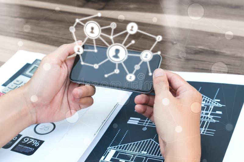 Έννοια επιχειρησιακής τεχνολογίας, έξυπνο phon χρήσης χεριών επιχειρηματιών στοκ εικόνες