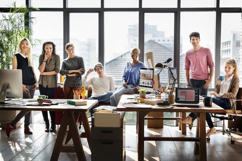 Έννοια επιχειρησιακών εταιρική συναδέλφων ομάδας εργαζομένων στοκ φωτογραφίες