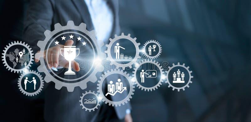 Έννοια επιχειρησιακών μηχανισμών Επιχειρηματίας σχετικά με το νικητή s τροπαίων στοκ εικόνες