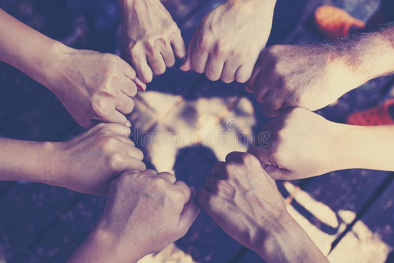 Έννοια εργασίας ομάδας: Ομάδα διαφορετικής διαγώνιας επεξεργασίας χεριών μαζί των νέων στη φύση στοκ εικόνα με δικαίωμα ελεύθερης χρήσης