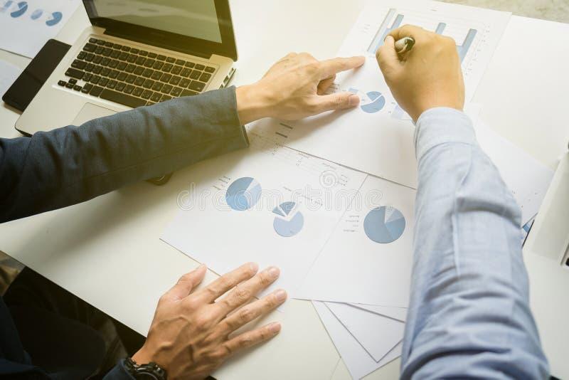 Έννοια εργασίας ομάδας, συνεδρίαση των ομάδων, άτομο που λειτουργεί στο γραφείο collab στοκ εικόνα με δικαίωμα ελεύθερης χρήσης