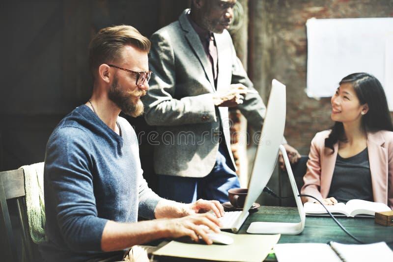 Έννοια εργασίας 'brainstorming' συνεδρίασης της επιχειρησιακής ομάδας στοκ εικόνες