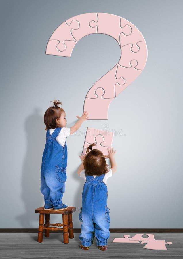 Έννοια ερώτησης παιδιών Μικρών παιδιών που γίνονται το ερωτηματικό από στοκ εικόνα με δικαίωμα ελεύθερης χρήσης