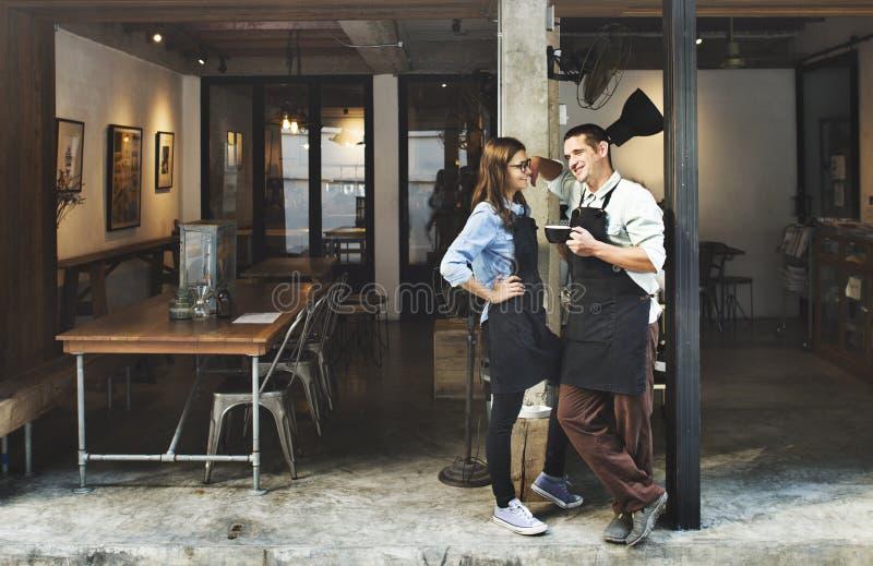 Έννοια εστιατορίων υπηρεσιών καφετεριών Barista ζεύγους στοκ εικόνα με δικαίωμα ελεύθερης χρήσης