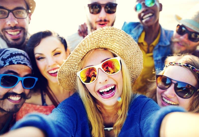 Έννοια ευτυχίας θερινών παραλιών χαλάρωσης Selfie φιλίας στοκ φωτογραφία με δικαίωμα ελεύθερης χρήσης