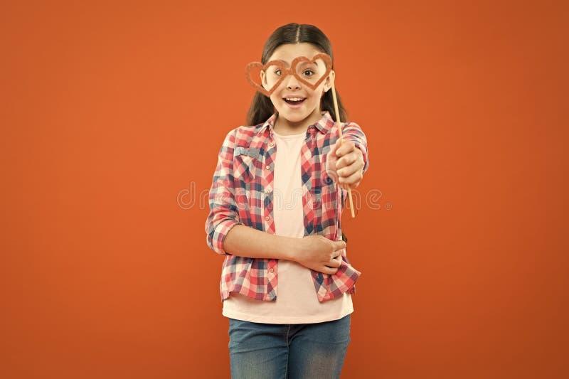 Έννοια ευτυχίας και χαράς Θερινές διακοπές Διασκέδαση και χιούμορ Κορίτσι που διασκεδάζει Διεθνής ημέρα των παιδιών Ωραία ημέρα στοκ εικόνα