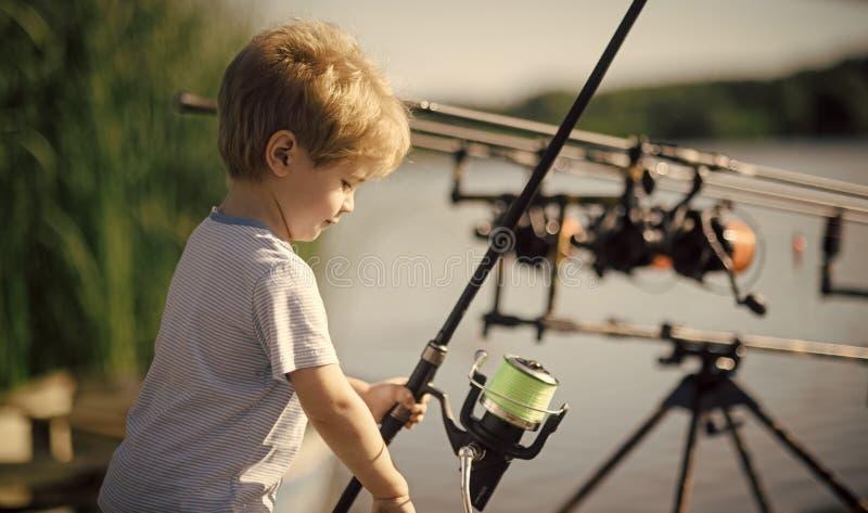 Έννοια ευτυχίας παιδιών παιδικής ηλικίας παιδιών Το μικρό παιδί μαθαίνει να πιάνει τα ψάρια στη λίμνη ή τον ποταμό στοκ εικόνες