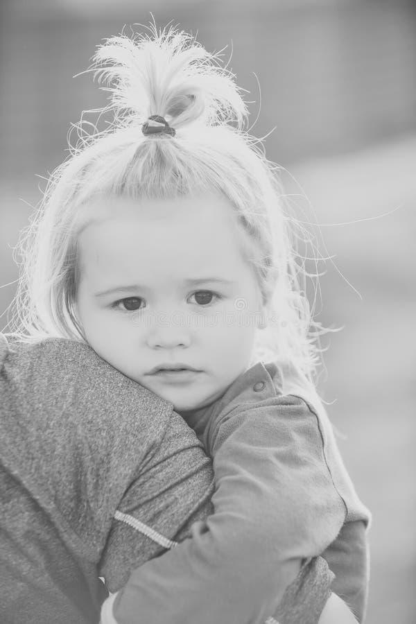Έννοια ευτυχίας παιδιών παιδικής ηλικίας παιδιών Χέρι πατέρων λαβής παιδιών στο θολωμένο φυσικό περιβάλλον στοκ εικόνες