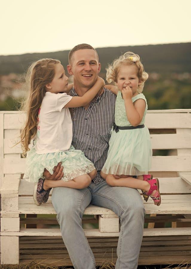 Έννοια ευτυχίας παιδιών παιδικής ηλικίας παιδιών Χαμόγελο πατέρων και κορών στο φυσικό τοπίο στοκ φωτογραφίες