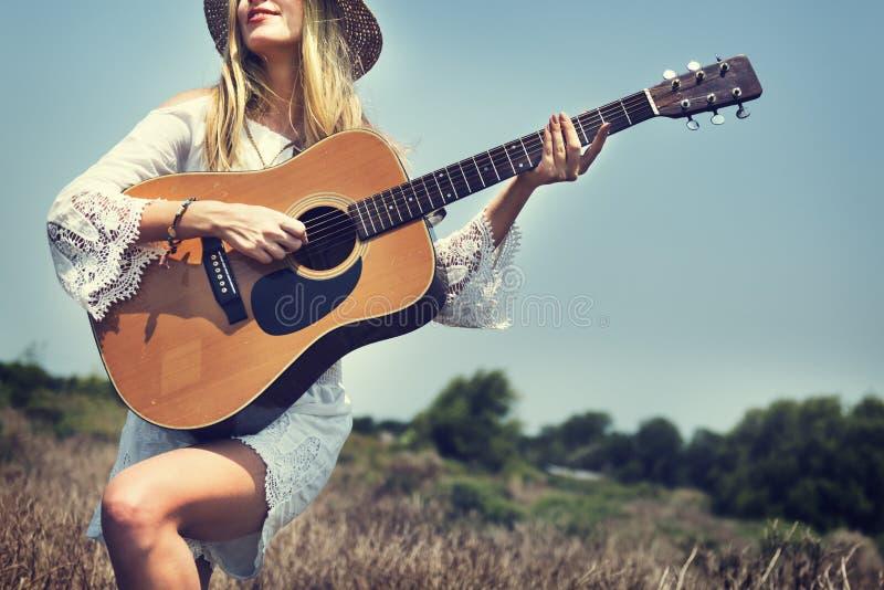 Έννοια ευτυχίας τραγουδιού μουσικής διακοπών Hill κιθάρων κοριτσιών στοκ εικόνες