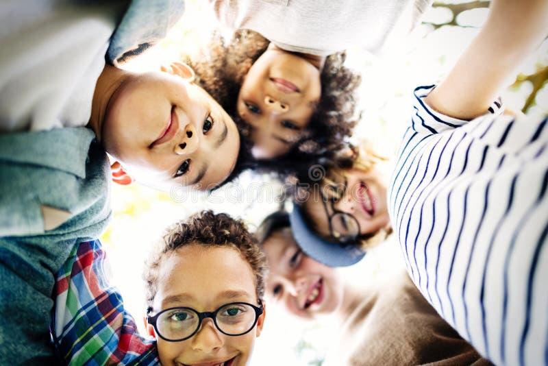 Έννοια ευτυχίας χαμόγελου ενότητας φιλίας παιδιών στοκ εικόνα